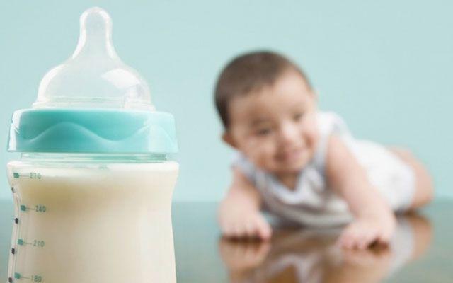На фото Сколько хранить грудное молоко