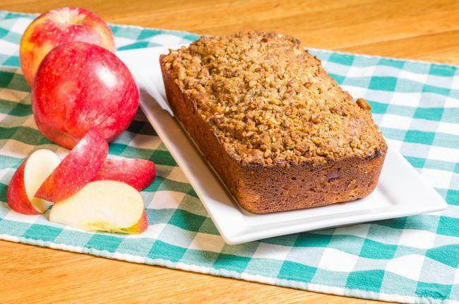 На фото Овсяный хлеб с яблоками