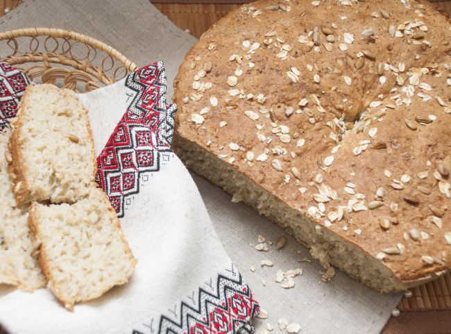 На фото Овсяный хлеб без дрожжей
