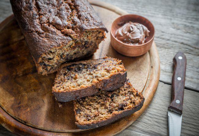 На фото Домашний ржаной хлеб с шоколадом