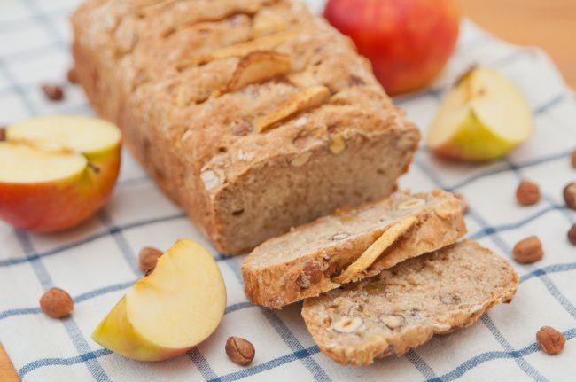 На фото Ржаной хлеб в домашних условиях в духовке с яблоками и орехами