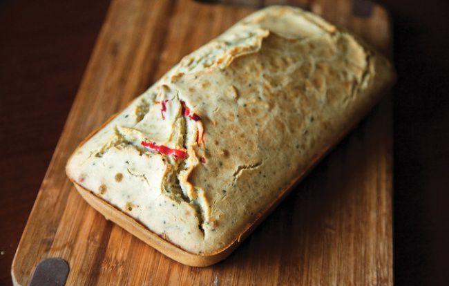 На фото Острый хлеб с чесноком в духовке