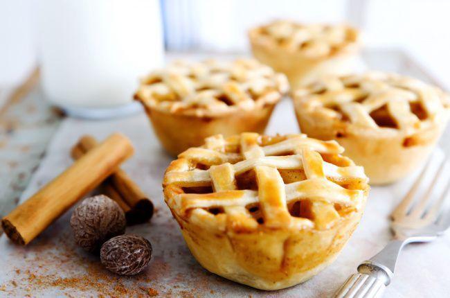 На фото Маленькие вкусные кексы с начинкой из яблок