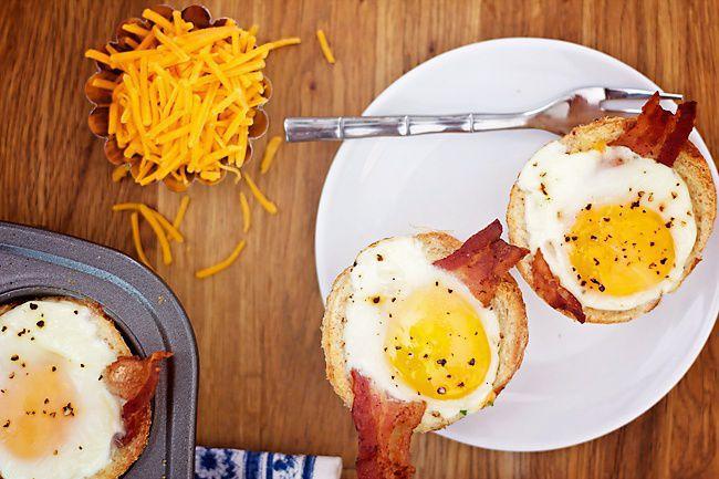 На фото Вкусная яичница в духовке с беконом
