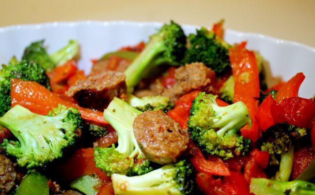 На фото Жареные овощи по-итальянски с куриными колбасками