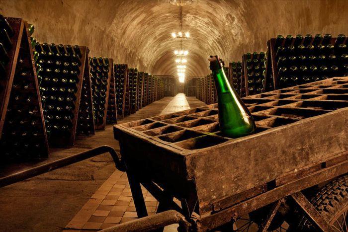 На фото Cколько можно и как правильно хранить шампанское