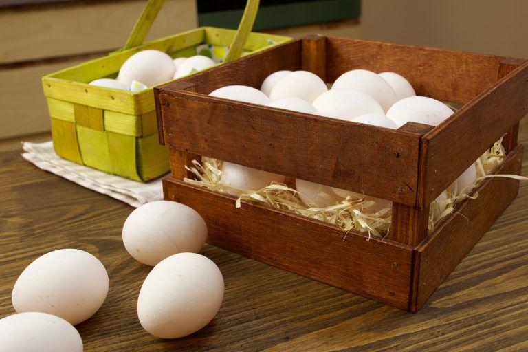 При какой температуре хранятся яйца сырые