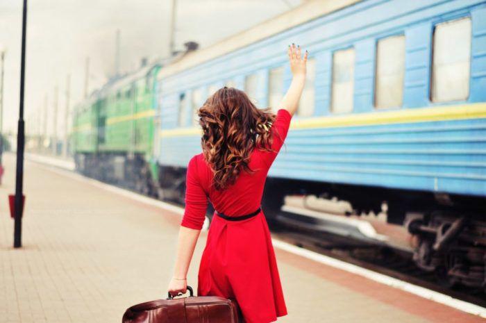 На фото Какие продукты лучше брать с собой в поезд летом?