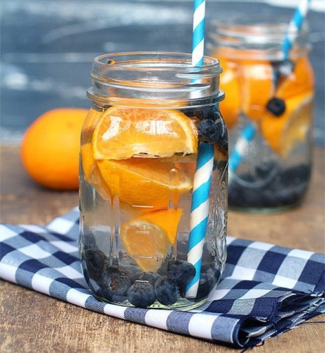 На фото Апельсиновый напиток с черникой