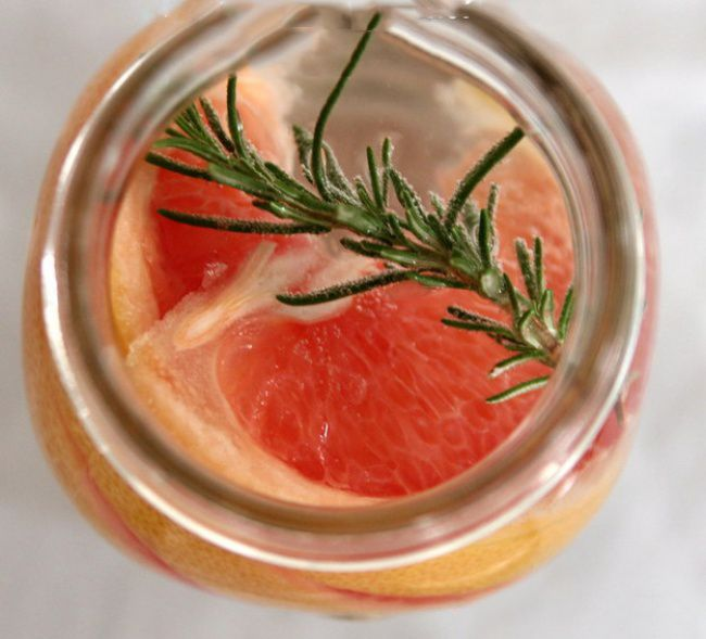 На фото Как приготовить напиток из грейпфрута и розмарина