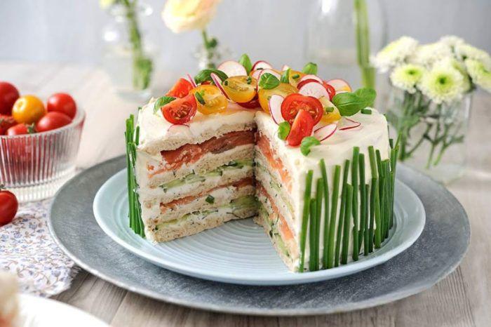 На фото Лососевый низкокалорийный торт из творога без выпечки