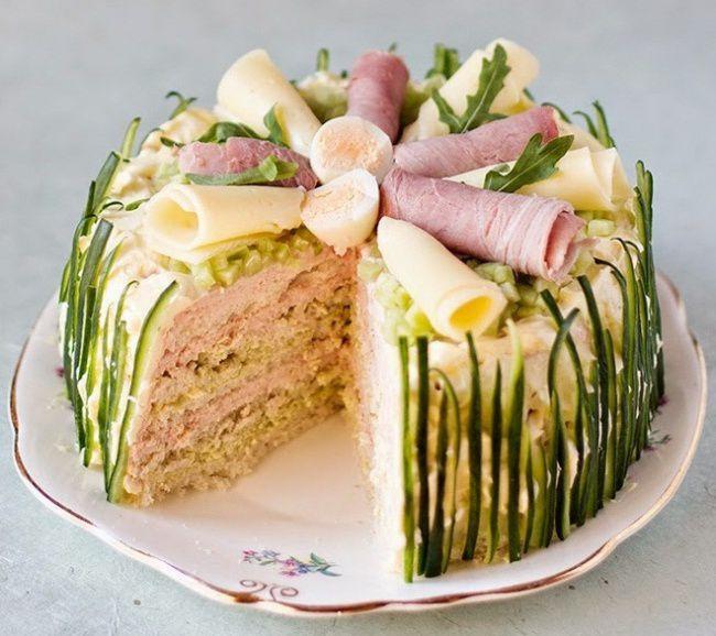 На фото Круглый торт-корзина с ветчиной и сыром