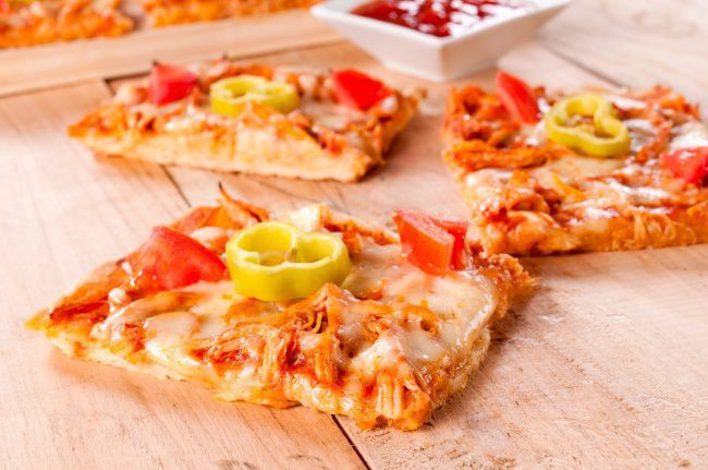 На фото Тонкая пицца-брускетта