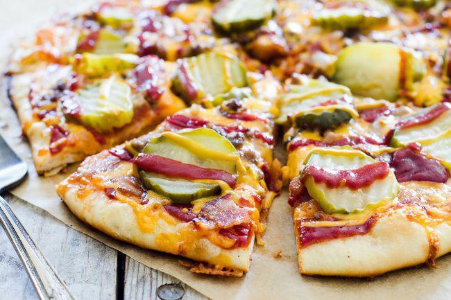На фото Вкусная пицца с беконом «Чизбургер»