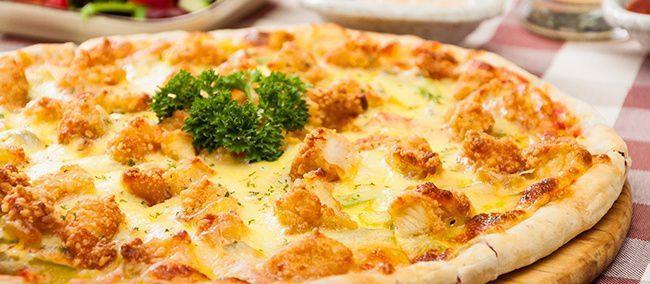 На фото Домашняя пицца в духовке с жареной курицей