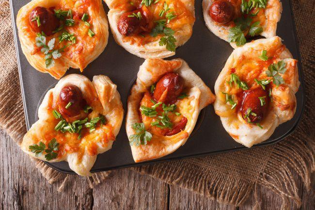 На фото Приготовление пиццы в мини формате с охотничьими колбасками