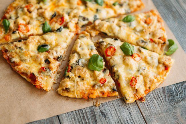 На фото Пицца домашняя с курицей и соусом песто