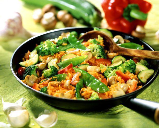 На фото Белый рис с овощами на сковороде