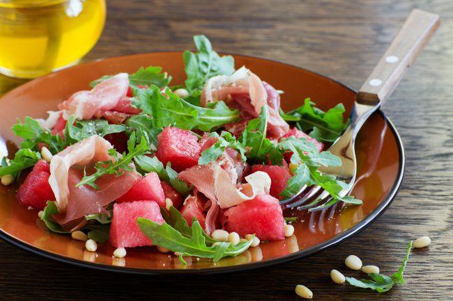 На фото Легкий праздничный салат из арбуза и прошутто
