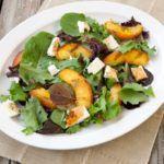 Рецепт Вкусный летний салат с жареными персиками и сыром моцарелла