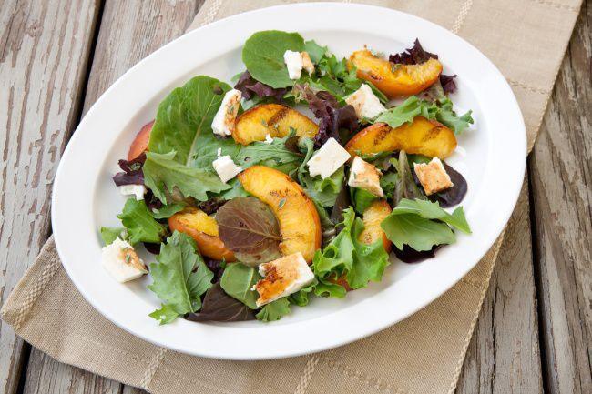 На фото Вкусный летний салат с жареными персиками и сыром моцарелла