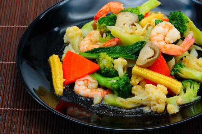На фото Очень вкусный салат с креветками и брокколи