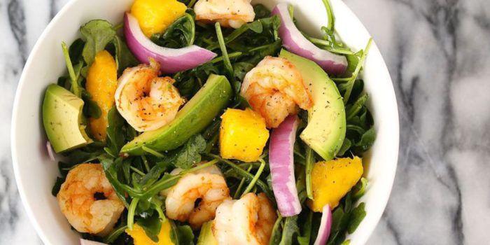 На фото Домашний салат из креветок и авокадо