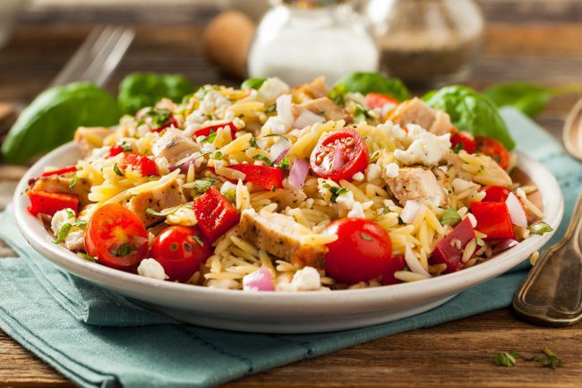 На фото Макаронный салат с курицей и помидорами