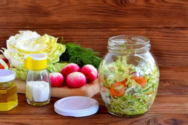 На фото Вкусный салат на скорую руку из маринованных овощей