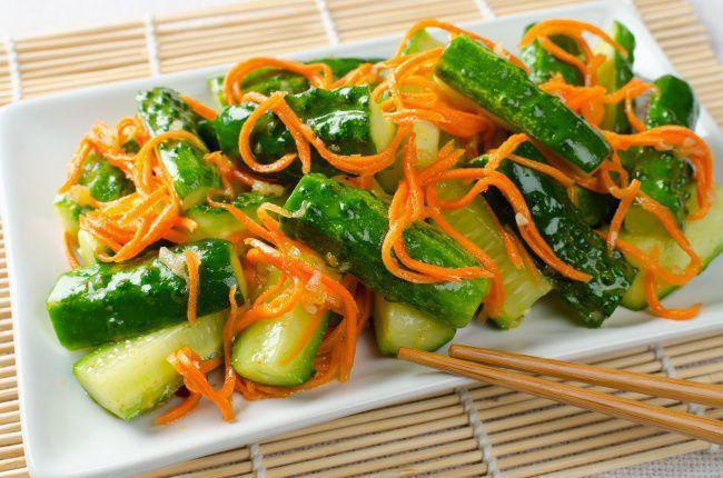 На фото Тертый салат из огурцов и моркови с имбирем