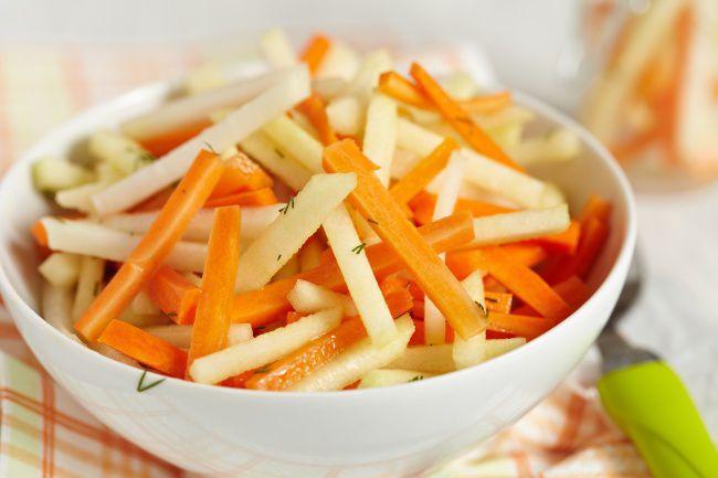 На фото Правильный салат из моркови и яблока