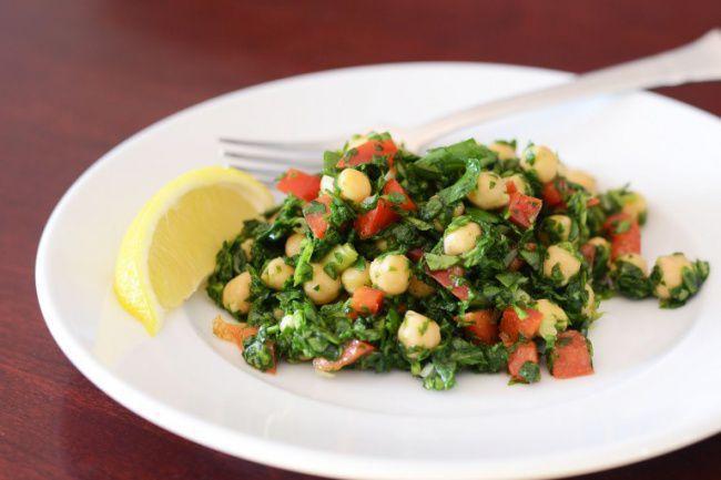 На фото Вкусный салат без майонеза из нута со шпинатом