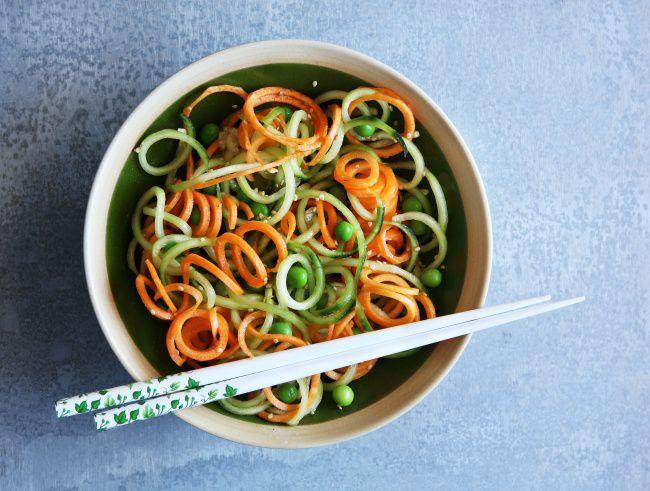 На фото Салат с морковью по-корейски и огурцом