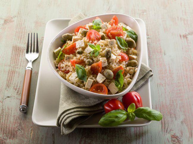 На фото Овощной салат с рисом и сыром тофу