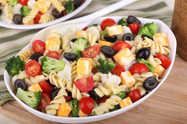 На фото Вкусный овощной салат с пастой