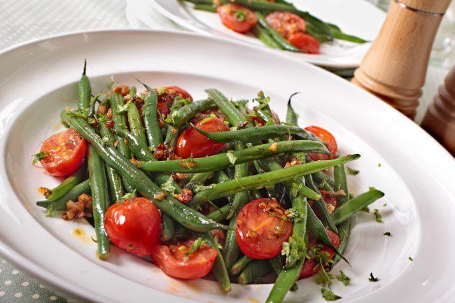 На фото Салат с помидорами черри и фасолью
