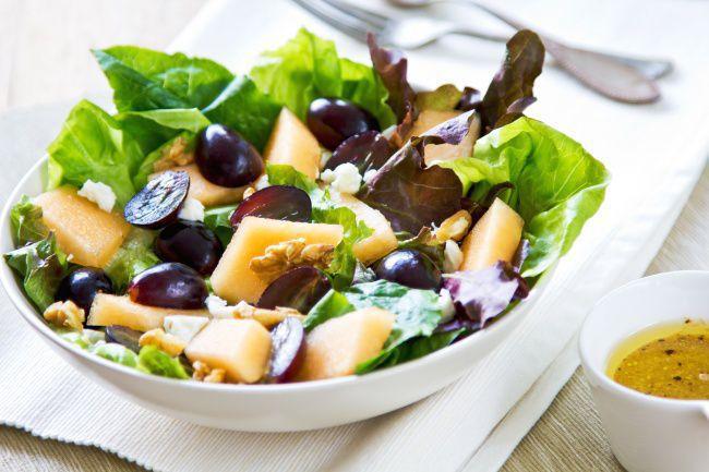 На фото Салат с сыром фета, виноградом и дыней