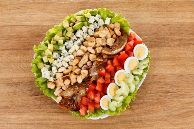 На фото Традиционный американский салат кобб (рецепт салата с куриной грудкой)