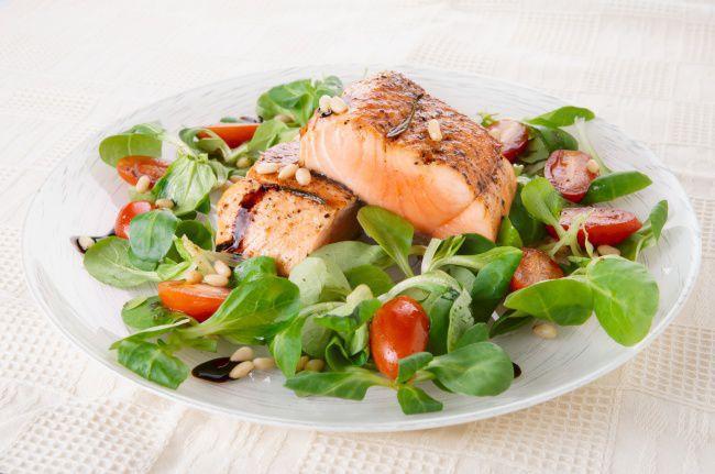 На фото Овощной салат с лососем