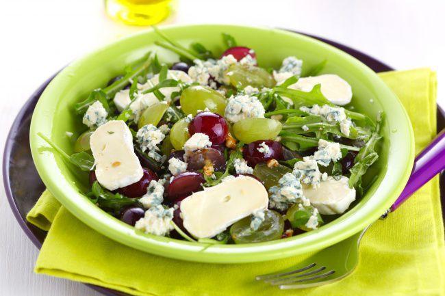 На фото Самый вкусный салат с виноградом и сыром