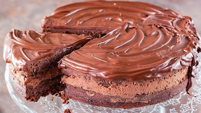 На фото Домашний кекс на молоке с шоколадом