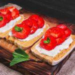Рецепт Теплые кростини с клубникой и бри
