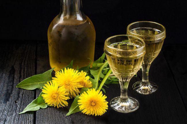 На фото Крепкое вино из одуванчиков
