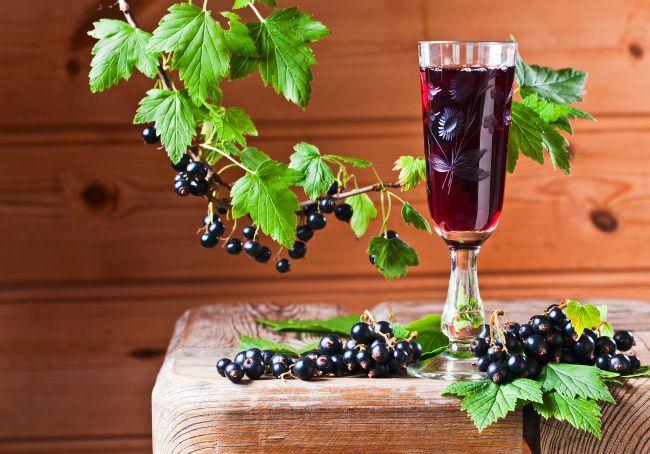 На фото Сухое вино из смородины в домашних условиях (простой вариант)