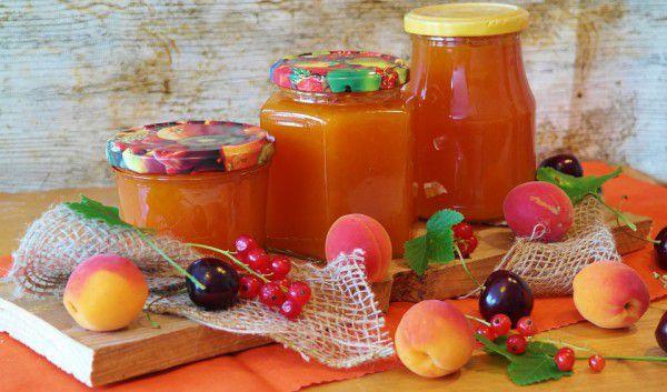 На фото Абрикосовый джем с апельсиновым соком