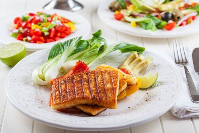 На фото Адыгейский сыр на гриле