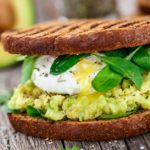 Рецепт Авокадо и яйцо пашот - свежие бутерброды на закуску