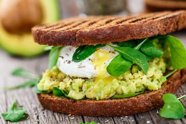 На фото Авокадо и яйцо пашот — свежие бутерброды на закуску