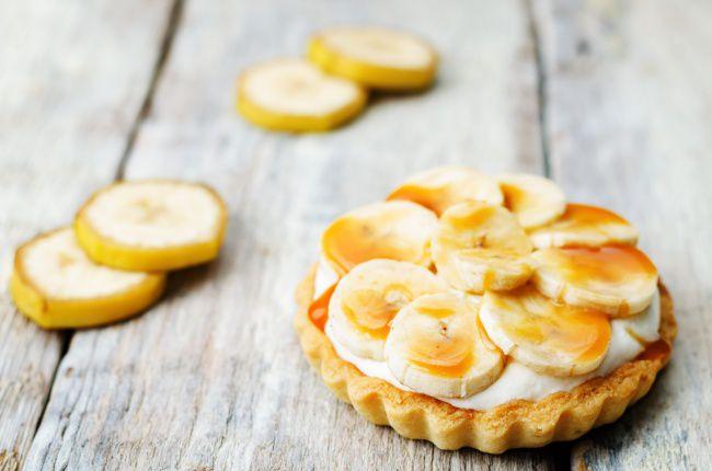 На фото Вкусные тарталетки с начинкой из бананового крема в мини формате