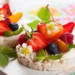 Рецепт Рисовые хлебцы с творогом, ягодами и персиком